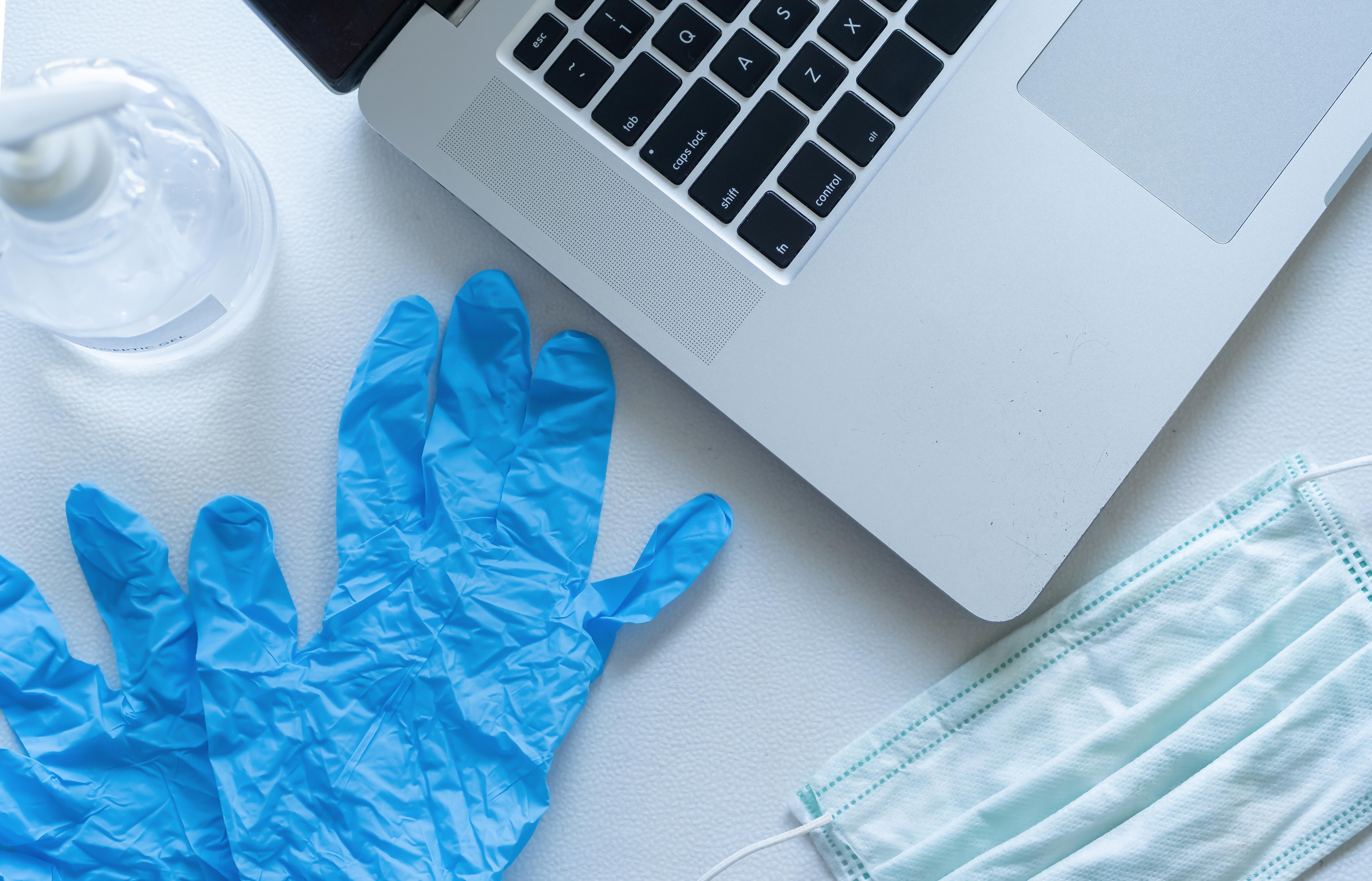L'épidémie COVID-19 a brutalement modifié l'interaction médecin-patient, la pratique passant de la médecine présentielle (« hands-on ») à la médecine distancielle (« hands-off) (Visuel Adobe Stock 334716473)